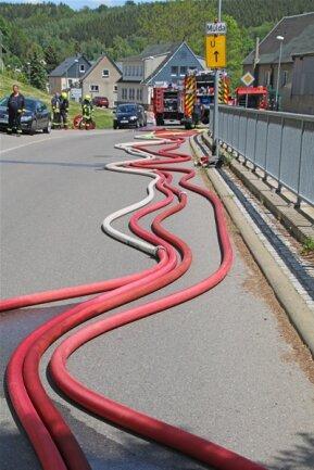 <p>Über mehrere hundert Meter mussten die Schläuche hin zum Löschwasserteich verlegt werden.</p>