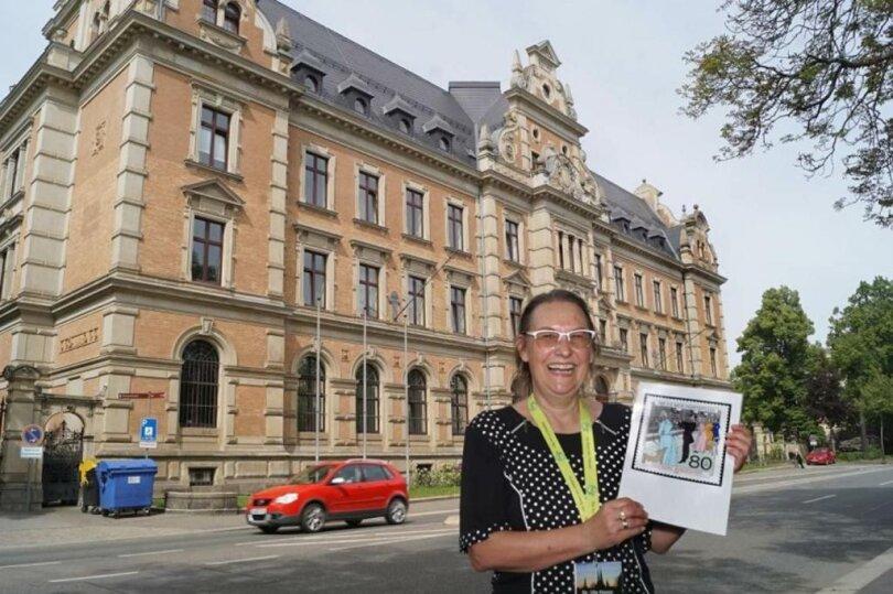 <p>Gästeführerin Ute Haese vor dem ehemaligen Kaiserlichen Post- und Telegrafenamt, Humboldtstraße 1.</p>