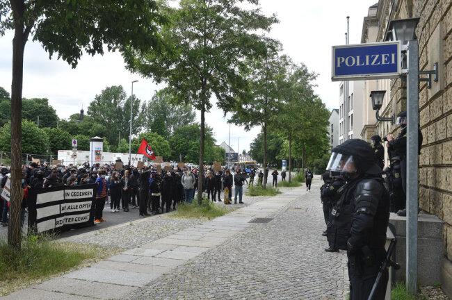 <p>Die Polizei sicherte den Zugang zum Gebäude zusätzlich mit zwischenzeitlich angeforderten Einsatzkräften der sächsischen Bereitschaftspolizei.</p>