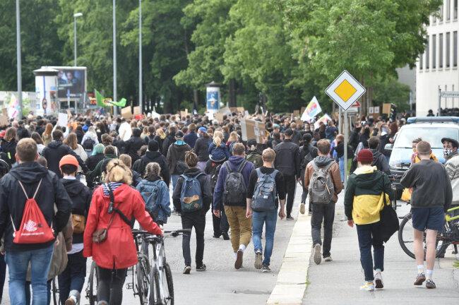 <p>Plötzlich jedoch setzte sich ein Teil der Demonstranten in verschiedene Richtungen in Bewegung.</p>