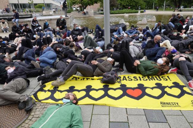 <p>Mit Schweigeminuten auf dem Boden zeigten sich die Demonstranten solidarisch.</p>
