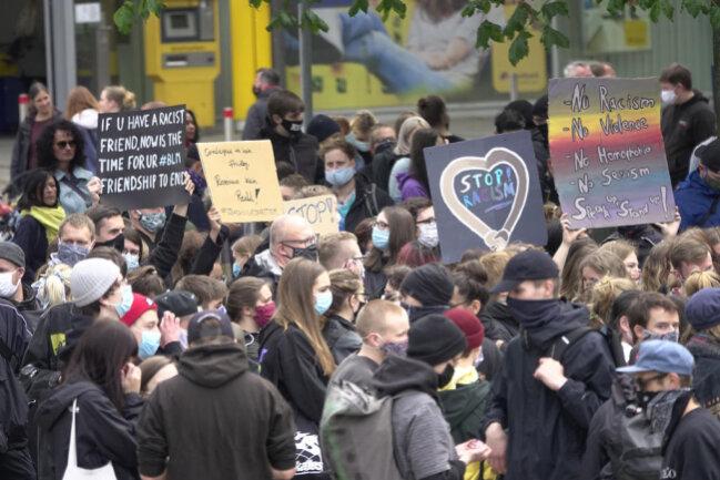 <p>In Chemnitz versammelten sich nach Polizeiangaben am Samstagnachmittag insgesamt rund 1500 Menschen.</p>