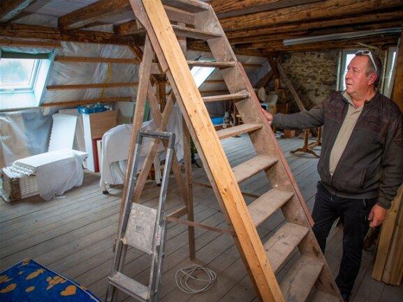 <p>Einzig ein kleiner Teil des Hausbodens lässt noch den Zustand der Pension vor dem Ausbau erahnen.</p>
