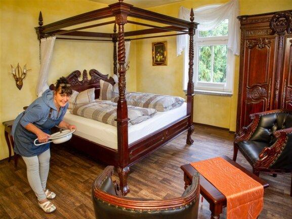 """<p>Im König-Drosselbart-Zimmer gehört sogar die """"Bettpfanne"""" dazu. Glücklicherweise wird sie nicht mehr in ihrer ursprünglichen Art und Weise benutzt. Daniela Schreiber fand darin dafür auch schon mal ein kleines Trinkgeld der Gäste.</p>"""
