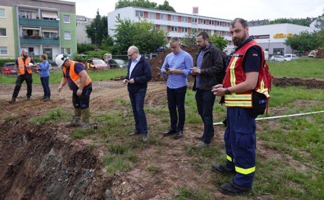 <p>Bürgermeister Sven Schulze (Mitte) zeigte sich vor Ort erleichtert. Alle Mitarbeiter, die in eine Evakuierung involviert gewesen wären, würden nun informiert, dass sie nicht gebraucht werden.</p>