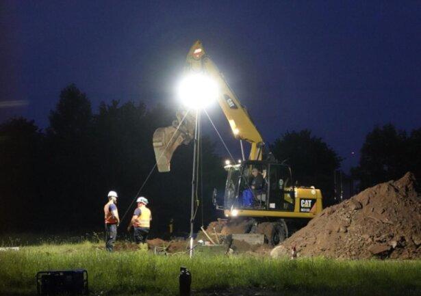 <p>Kurz vor drei Uhr hatten Baggerarbeiten begonnen, um sich zum metallischen Fundstück in vier Metern Tiefe vorzuarbeiten.</p>