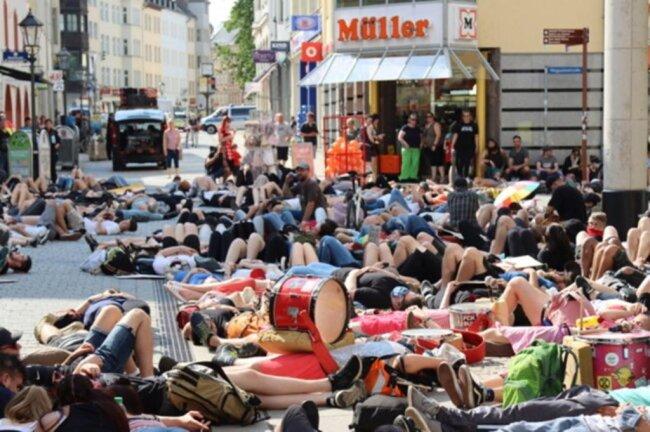 <p>8 Minuten und 46 Sekunden lang legten sich Teilnehmer auf der Kreuzung Innere Plauensche/Peter-Breuer-/Magazinstraße auf den Boden. Damit erinnerten sie an den Todesfall des Afroamerikaners George Floyd, der Ende Mai in den USA nach einem gewaltsamen Polizeieinsatz starb.</p>