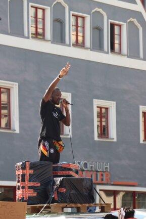 <p>Auf dem Hauptmarkt trat der Berliner Rapper Matondo auf.&nbsp;</p>