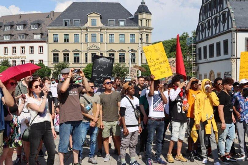 <p>Bei der Demo in Zwickau setzten Teilnehmer ein Zeichen gegen Rassismus und Polizeigewalt.</p>