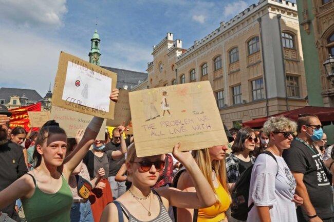<p>Viele Teilnehmer hatten Schilder und Transparente mitgebracht.&nbsp;</p>