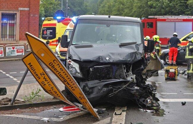 <p>Der 41-jährige Fahrer des Sprinters sowie der 64-jährige Audifahrer und die 62-jährige Beifahrerin kamen ins Krankenhaus.</p>