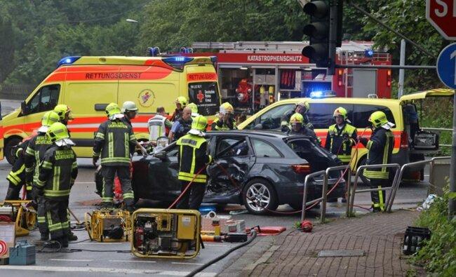 <p>Kurz nach 18 Uhr hatte es an der Kreuzung Innere Zwickauer Straße/Poststraße eine Kollision zwischen einem Mercedes Sprinter und einem Audi gegeben. Vorausgegangen war laut Polizei eine Vorfahrtsverletzung.</p>