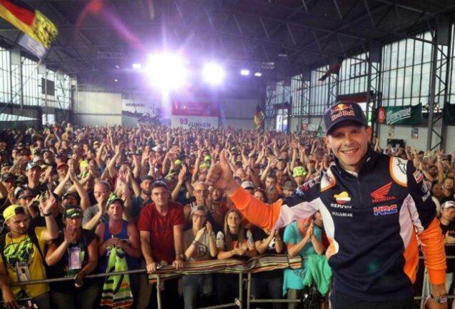 <p>2019: Fahrer-Präsentation in der Karthalle am Sachsenring am Samstag. Stefan Bradl wird von den Fans gefeiert.</p>