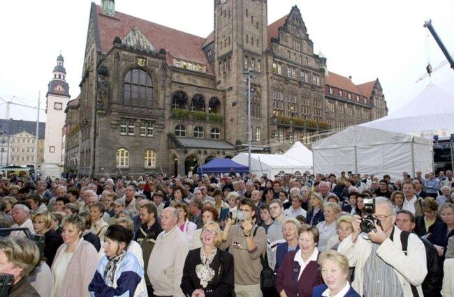 <p>Tausende drängten sich vor dem Eingang.</p>