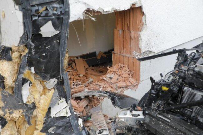 <p>Ersten Ermittlungsergebnissen zufolge ist der Fahrer offenbar ungebremst gegen das Gebäude gefahren. Nach Angaben der Feuerwehr handelt es sich um ein Elektro-Fahrzeug.</p>