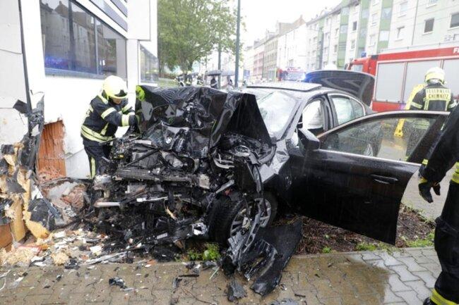 <p>Ein BMW 530e ist am Sonntagmittag von der Fahrbahn abgekommen und gegen den Edeka-Supermarkt an der Bernsdorfer Straße gefahren.</p>