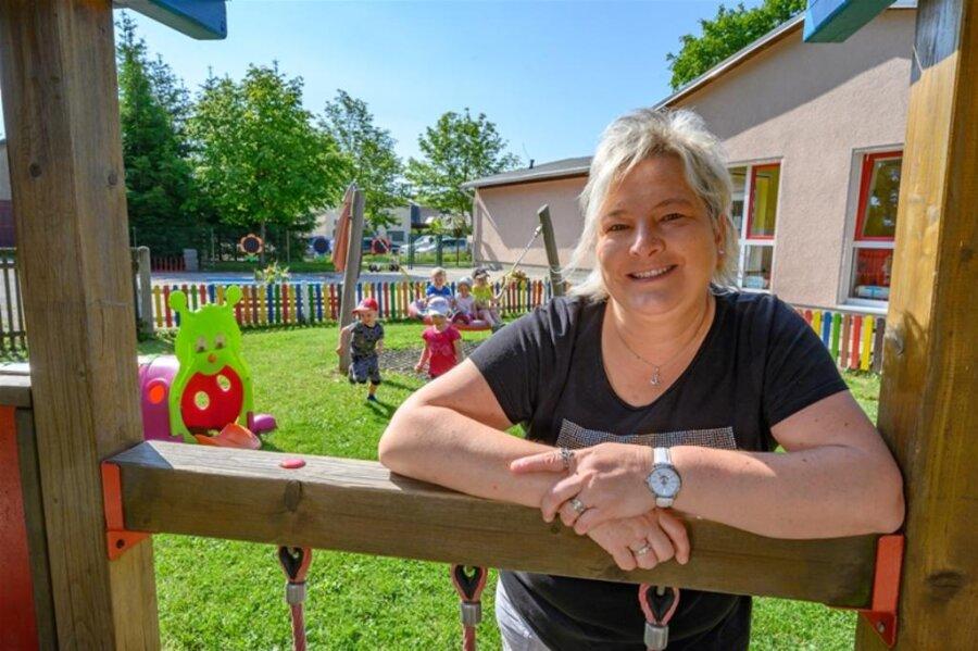 """<p><strong>KERSTIN THIEL</strong></p>  <p>lebt in Neuhausen im Erzgebirge, Landkreis Mittelsachsen<br /> ist Staatlich anerkannte Erzieherin, beendet darüber hinaus 2021 ein vierjähriges Bachelor-Studium Soziale Arbeit in Mittweida<br /> arbeitet schon mehr als 20 Jahre in der Kita """"Bahnhofsspatzen"""" in Sayda<br /> ist 45 Jahre alt<br /> ist verheiratet, hat zwei Töchter<br /> in ihrer Freizeit ist sie aktiv im Faschingsclub</p>  <p>""""Meine Kollegen und ich haben gelernt, dass Teamgeist viel bewegen kann. Diesen Geist möchten wir gern in unserer pädagogischen Arbeit mit den Kindern bewahren. So macht es Spaß, in die Kita zu kommen. Wir haben die Corona-Zeit genutzt – natürlich unter Einhaltung der Abstandsregelungen – die Kita weiter auf Vordermann zu bringen. Jeder hat Hand angelegt, beim Tapeten entfernen, Malern oder Reinigen und Putzen der Räume. Neue Farben zeigen, was wir gemeinsam vollbrachten. Dazu wurde auch die Notbetreuung geleistet. Manche Tage wurden länger, als unsere Arbeitszeit eigentlich betrug, doch wir hatten ein gemeinsames Ziel vor Augen. Uns stärkte das positive Feedback der Eltern. Es hat sich gelohnt, gemeinsam etwas auf die Beine zu stellen und zu bewegen, für unsere Kita in Sayda.""""</p>"""