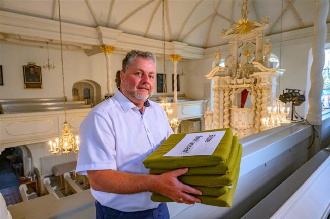 """<p><strong>MICHAEL TETZNER</strong></p>  <p>wohnt in Zwönitz im Erzgebirge<br /> ist seit 2018 Pfarrer in der Evangelisch-Lutherischen Kirchgemeinde Zwönitz<br /> wurde zuvor für sein Wirken überregional bekannt, als er als Pfarrer in Freiberg Menschen aus dem Iran und aus Afghanistan taufte und dort beim Aufbau einer persischen Gemeinde half.<br /> engagiert sich in Zwönitz dafür,<br /> dass die Stadtkirche Trinitatis täglich geöffnet ist; die Kirche bekam dafür kürzlich eine Plakette, die bislang erst an 80 von 1200 Kirchen in Sachsen vergeben wurde.<br /> ist 53 Jahre alt, verheiratet und hat drei erwachsene Kinder.</p>  <p>Als ich aus der Zeitung im März erfuhr, dass hier in der beschaulichen Bergstadt Zwönitz im Pflegeheim 53 Bewohner und 37 Mitarbeiter mit dem Covid-19-Virus infiziert sind, war die Pandemie auf einmal ganz nah. Niemand musste mir mehr erklären, wie gefährlich dieses Virus ist. Sechs Heimbewohner habe ich beerdigt. Die einen starben mit Corona, andere an Corona. Was ich aus den folgenden Wochen gelernt habe, ist vor allem Gelassenheit und Gottvertrauen. Ich war dankbar, dass ich die gesamte Zeit hindurch die Kirche offen halten konnte. Dort in der Stille ist mir Kraft und Vertrauen zugewachsen. Auch wichtige Begegnungen waren in dieser Kirche möglich, so dass ich sie auch in Zukunft offen halten will. Ich nehme aus der Krise mit, alles etwas ruhiger und langsamer anzugehen. Nach der Globalisierung der Welt könnte jetzt eine """"Slowalisierung"""" (von englisch slowly – langsam) eintreten. Das täte nicht nur uns Menschen gut, sondern auch der Schöpfung.</p>"""