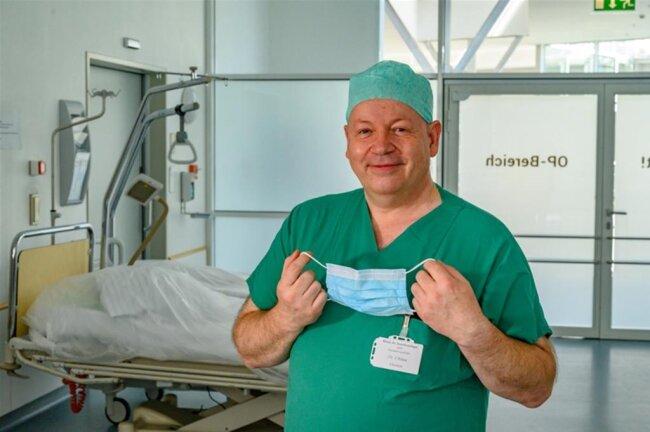 <p><strong>CHRISTOPH URLAU</strong></p>  <p>ist ärztlicher Direktor des Kreiskrankenhauses Freiberg<br /> ist Facharzt für Anästhesiologie und verfügt über die Zusatzbezeichnungen Intensivmedizin und Notfallmedizin.<br /> ist Jahrgang 1963<br /> war nach Studium und Facharzt-Weiterbildung an der Friedrich-Alexander-Universität Erlangen-Nürnberg Facharzt und Oberarzt am Institut für Anästhesiologie am Klinikum Bamberg<br /> leitet seit 2003 die Klinik für Anästhesiologie und Intensivmedizin am Kreiskrankenhaus Freiberg</p>  <p>Corona weckt wissenschaftliche Neugier, erzeugt jedoch auch Hilflosigkeit und Demut. Covid-19 ist die erste echte Pandemie seit über 100 Jahren, die drei Ärztegenerationen in der Form nicht erlebt haben. Erschreckend ist die Zahl der in Italien an Corona gestorbenen Ärzte und Pflegekräfte – bis heute fehlen wirksame Therapien. Corona hat uns auch die Fragilität der Weltwirtschaft vor Augen geführt und uns den Wert von Impfungen verdeutlicht respektive die Ohnmacht und die Folgen, wenn Impfungen fehlen. Mit Staunen blicke ich auf die weltweite wissenschaftliche Zusammenarbeit, die Hand in Hand zu gehen scheint ohne Konkurrenz. Stolz macht mich die hohe Selbstdisziplin der Mitarbeiter auf den Corona-Stationen. Und Corona ist noch nicht ausgestanden – wir lernen jeden Tag aufs Neue.</p>
