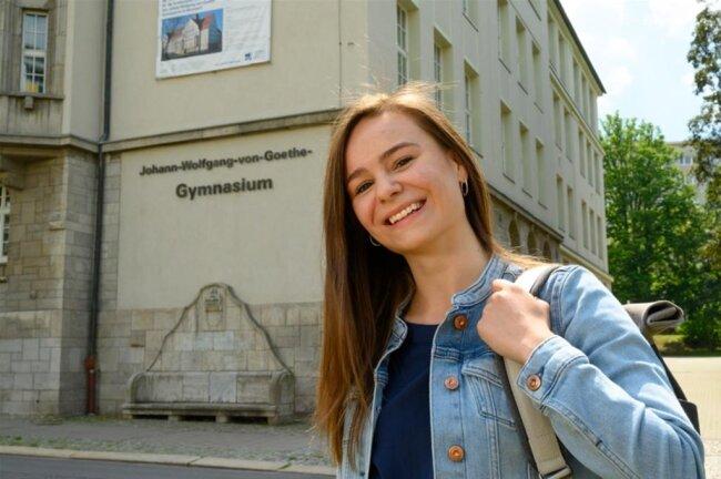 """<p><strong>LILLY WENDE</strong><br /> wohnt in Chemnitz<br /> ist Schülerin<br /> hat in diesem Jahr am Johann-Wolfgang von Goethe-Gymnasium unter erschwerten Bedingungen<br /> das Abitur gemacht<br /> ist 18 Jahre alt<br /> in ihrer Freizeit geht sie gern tanzen und sie liebt die Fotografie</p>  <p>Wohl keiner hätte geahnt, dass aus dem Abiturjahrgang 2020 der """"Corona-Jahrgang"""" werden würde. Die Coronakrise machte das Abitur für uns nicht gerade einfacher. Eine eher suboptimale Vorbereitung und die Ungewissheit wie, wo, wann und ob die Abiturprüfungen stattfinden werden, spielten eine große Rolle. Alle spaßigen Dinge der Abiturzeit, wie die Mottowoche, der letzte Schultag oder der Abiball, fielen dem Virus zum Opfer. Letztendlich haben alle, Schüler und auch einige Lehrer, versucht, das Beste aus der Situation zu machen. Eine bessere Digitalisierung hätte die Situation um einiges vereinfacht und wäre auch ohne Corona eine Bereicherung für unsere Schulen. Gegen manche Dinge haben wir keine Macht, aber wir können versuchen das Positive zu sehen und das Beste aus jeder Situation zu machen.</p>"""