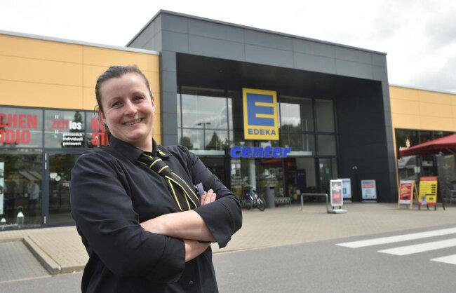 <p><strong>ANNE-MARIE SCHWARZ </strong></p>  <p>Die Marktleiterin des Edeka-Centers Dietrich an der Sachsen-Allee arbeitet dort seit der Eröffnung vor sieben Jahren. Die gelernte Kauffrau im Einzelhandel ist 30 Jahre alt, ledig und lebt in Mittelsachsen. In ihrer Freizeit kocht sie gern oder geht spazieren. Sie liebt die Natur. So eine schwierige Zeit wie in den vergangenen Wochen habe ich noch nie erlebt. Seit 14 Jahren arbeite ich im Handel. Wir hatten zu tun wie zum besten Weihnachtsgeschäft, alle Kassen waren besetzt. Es war eine harte und anstrengende Zeit, da ist auch mancher gereizt gewesen. Unser Chef hatte aber schnell reagiert und das Personal aufgestockt, um etwa zehn auf jetzt rund 75 Leute. In den ersten Tagen waren die Kunden dankbar, dass wir da sind, haben uns sogar Pralinen geschenkt, obwohl wir Ware limitieren mussten. Bei manchen Produkten gab es Lieferengpässe. Als wir frische Hefe geliefert bekamen, war das Goldwert. Inzwischen hat sich die Lage etwas normalisiert. Mit manchem Kunden gibt es jetzt Diskussionen, ob der Mundschutz wirklich notwendig ist. Aber die meisten haben Verständnis. Was nach Corona bleibt? Man schätzt manche Dinge mehr wert als vorher. Und vom Chef bekommen alle Mitarbeiter eine steuerfreie Prämie. Damit hätte ich nicht gerechnet.</p>