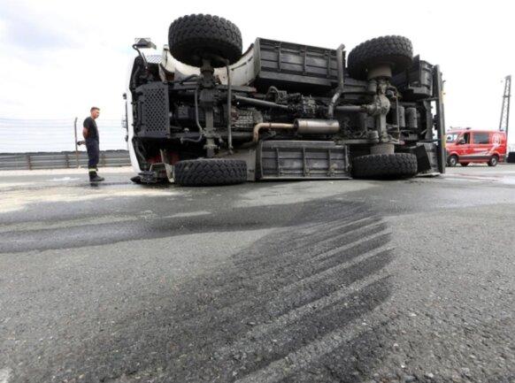 <p>Dabei kippte das Fahrzeug nach links um. Bei dem Arbeitsunfall wurde der Beifahrer im Wagen verletzt.</p>