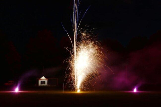 <p>Da zahlreiche Dorffeste, Geburtstagspartys und Hochzeitsfeiern der Corona-Krise zum Opfer fielen, hatten er und seine Bekannten viel Pyrotechnik übrig.</p>