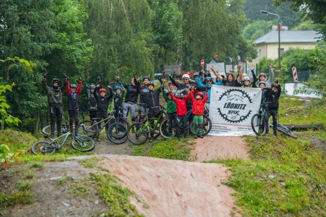 <p>Selbst Mountainbiker, hat er mit seinen Freunden Maurice Dörfel, Ben Hofmann und Tobias Lang Verantwortung übernommen und Lößnitz damit eine viel frequentierte Freizeitstätte beschert.</p>