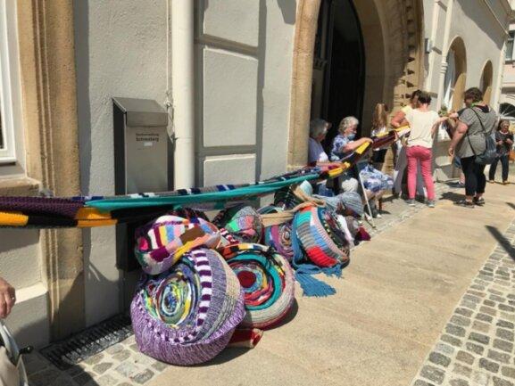 <p>Am Ende reichten die Schals für 15 Runden ums Rathaus.</p>