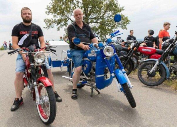 <p>Auch Felix (l.) und Michael Rehwald aus Weißenborn. Beide haben ihre Zweiräder im vergangenen Winter fertiggestellt. (Es folgen weitere Bilder)</p>