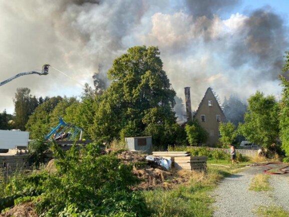 <p>Alle drei Gebäude stehen in Flammen, teils sind Dächer der Gebäude eingestürzt.</p>