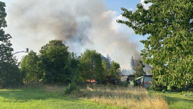 <p>Es besteht die Gefahr, dass das Feuer auf Bäume oder weitere Gebäude in der Nähe übergreift.</p>