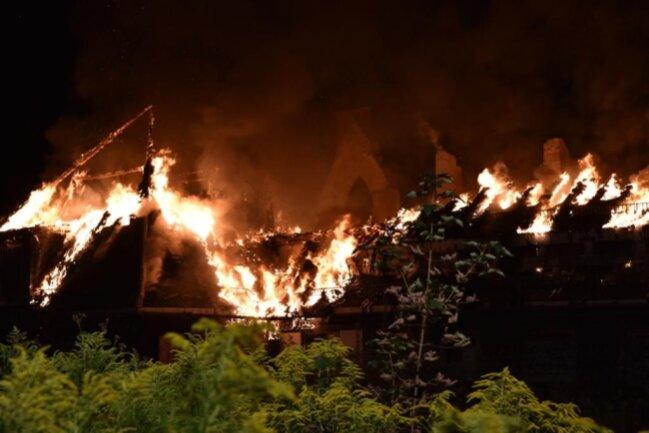 <p>Die Brandursache sei derzeit unklar, hieß es von der Polizei am Montagmorgen.</p>