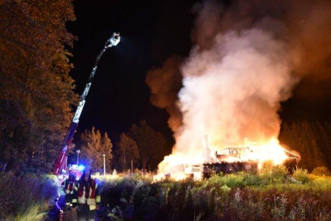 <p>Der leerstehende Gebäudekomplex an der Saydaer Straße im Ortsteil Schönfeld sei am Sonntagabend in Brand geraten.</p>