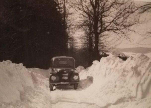 """<p><span class=""""img-info"""">Im Winter lag der Schnee teils autohoch auf der Saydaer Straße. Im Bild kämpft sich der Framo des Heims von Olbernhau zum Ferienheim.</span></p>"""