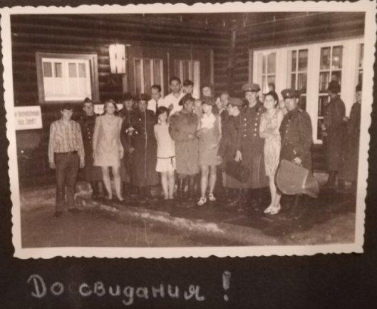 <p>Während des Prager Frühlings 1968 rückten Sowjetische Panzer in die Wälder rund um Olbernhau vor, bereit zum Einsatz. Die Soldaten fragten, ob sie im Ferienheim einen Musikabend gestalten dürften. Haben wollten sie dafür nichts - außer Wodka. Nach dem Abend posierten sie für ein Foto.</p>