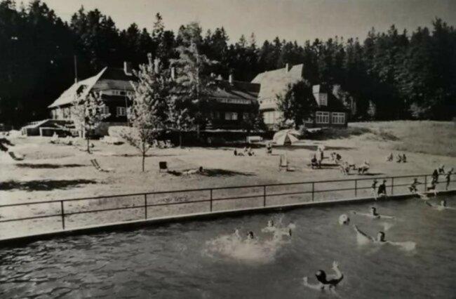 """<p><span class=""""img-info"""">Betrieb herrschte immer im TuR-Ferienheim im Wald bei Olbernhau. Der neue, große Feuerlöschteich wurde von den Gästen gerne zum Baden genutzt.</span></p>"""