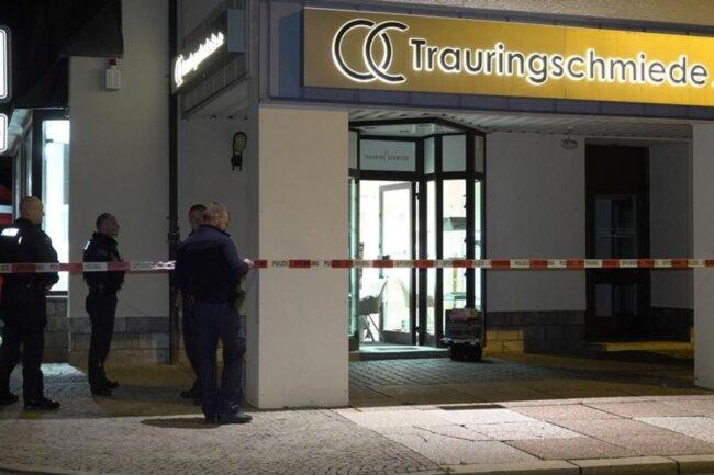 <p>Der Täter betrat kurz vor 18 Uhr das Geschäft am Bahnhofsvorplatz und bedrohte die 64-jährige Mitarbeiterin im Laden mit einer Waffe.</p>