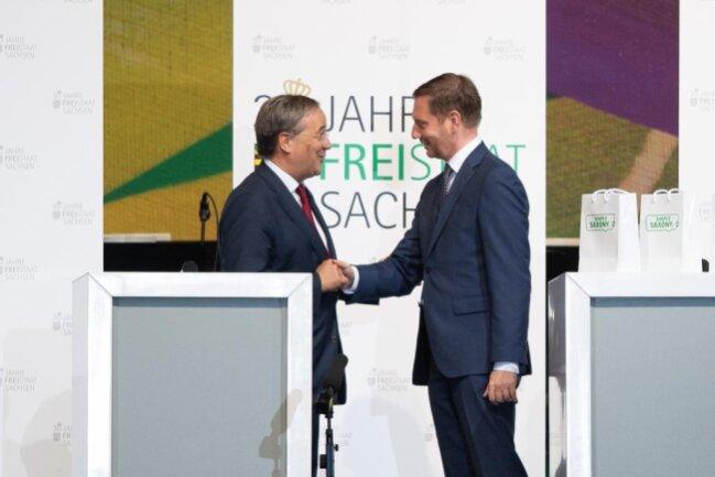 <p>Die Deutsche Einheit ist vor allem ein Erfolg der Menschen in den fünf neuen Bundesländern. Mit diesen Worten hat Armin Laschet (CDU), Ministerpräsident des Landes Nordrhein-Westfalen, am Samstag die geschichtliche Leistung der Menschen in Ostdeutschland gewürdigt.</p>