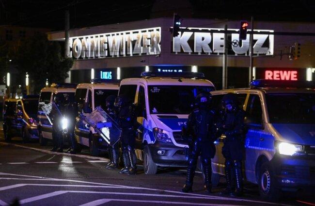 <p>Bereits am Donnerstag- und Freitagabend hatte es in Leipzig Gewaltausbrüche gegeben.</p>