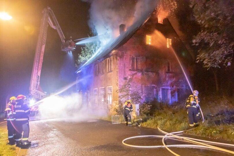 <p>Mehr als hundert Feuerwehrleute aus dem Erzgebirge halfen den tschechischen Einsatzkräften, berichtet Einsatzleiter Uwe Heinrich.</p>