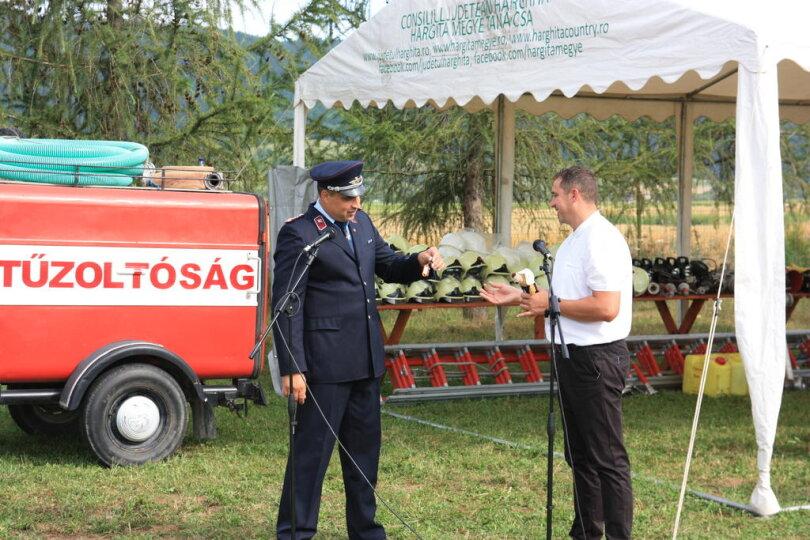 <p>Jens Neubert (l.), Wehrleiter der Milkauer Feuerwehr und Gemeindewehrleiter von Erlau, übergibt den Schlüssel für das Tanklöschfahrzeug an Zoltán Torok, Wehrleiter der Partnerwehr in Lazaresti.</p>