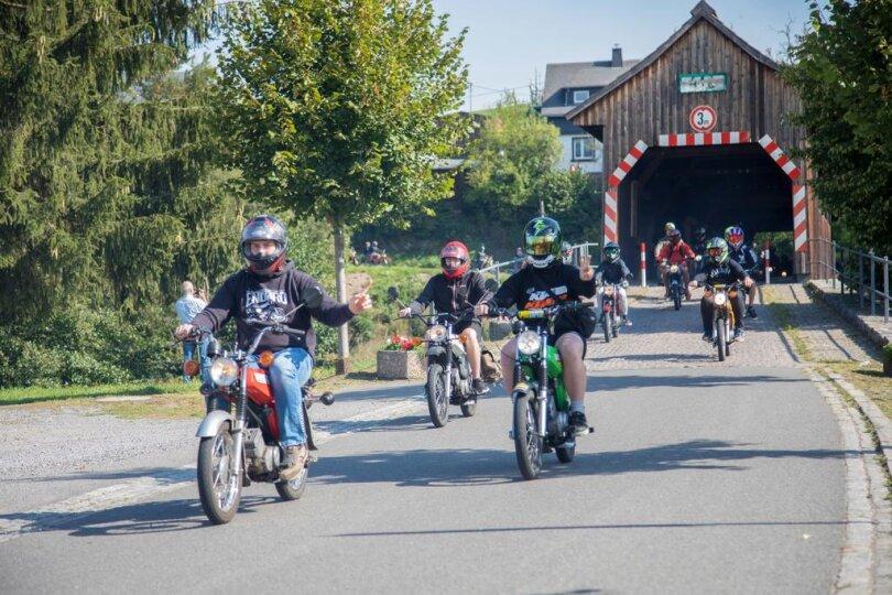 <p>Die Jüngsten Teilnehmer der Ausfahrt waren gerade mal 15 Jahre alt. Denn dem Motorradfreunden hatten sich auch unzählige Mopedfahrer angeschlossen.</p>