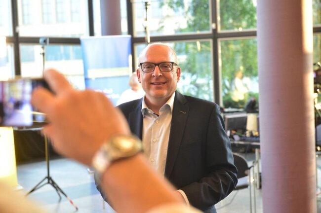 <p>Im ersten Wahlgang ging Sven Schulze (SPD) mit 23,1 Prozent der Stimmen knapp als Sieger hervor. Almut Patt kam auf 21,4 Prozent.</p>