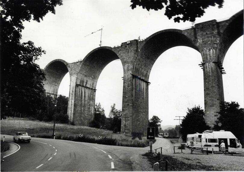 <p>Die Bauarbeiten an der Brücke am 6.August 1990.</p>