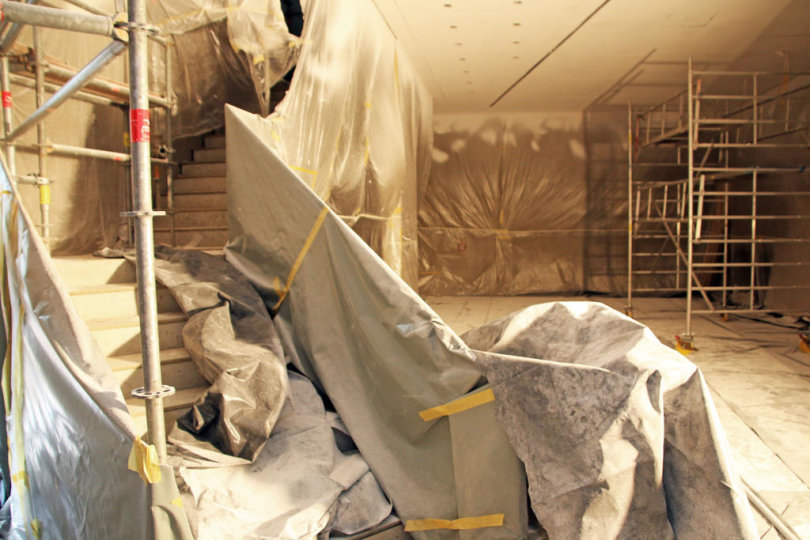 <p>Der Eingangsbereich des Zwischenbaus bietet später Platz für Tresen, Ausstellung und Gästelounge.&nbsp;</p>
