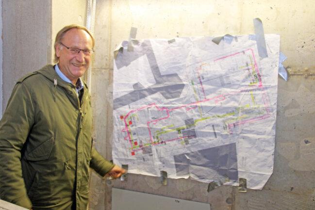 <p>Holger Reuter vor dem Planungsgrundriss des Zwischenbaus.&nbsp;</p>