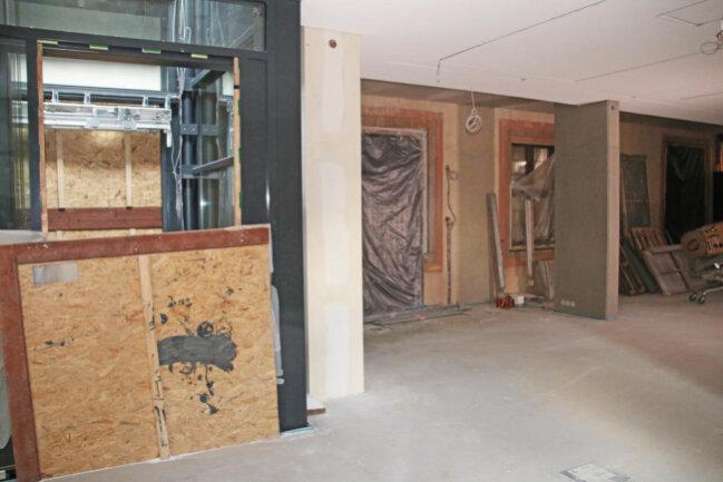 <p>Der Fahrstuhlausstieg im Obergeschoss. Hier bleibt die Giebelfassade am Museumsgebäude erhalten.&nbsp;</p>