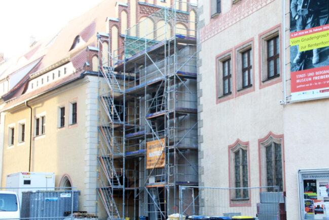 <p>Im November noch soll die Außenfassade des Zwischenbaus verkleidet werden.</p>