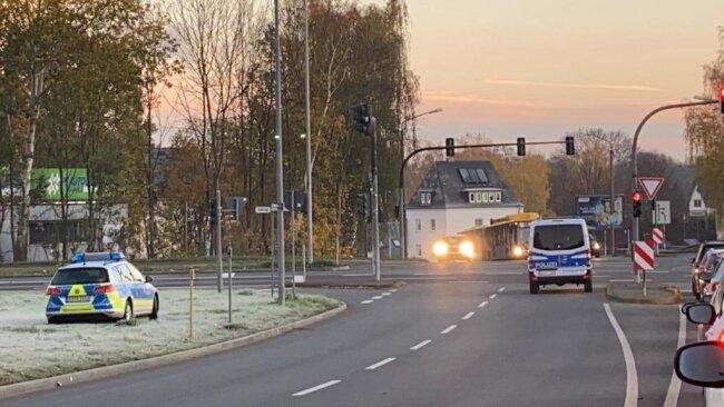 <p>7.10 Uhr: Am Südring stehen Polizeifahrzeuge. Noch darf das Sperrgebiet betreten werden, doch jeder wird von der Polizei kontrolliert.</p>